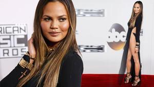 Chrissy Teigen Amerikan Müzik Ödülleri'ne damga vurdu