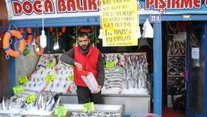 100 Dolar bozdurana balıkçı esnafından 1 kilo hamsi bedava