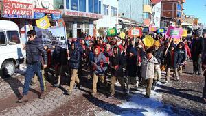Yatılı okul öğrencileri engeliler için yürüdü