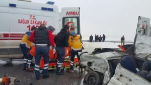 Muşta TIRın altına giren otomobilde 2 kişi öldü
