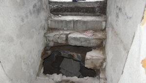 Okul ve sinagogda hazine avcıları talanı