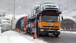 Bolu Dağında kar ulaşımı yavaşlattı