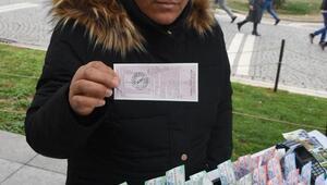 Duman üfleyip, 9 bin liralık Milli Piyango bileti çaldı