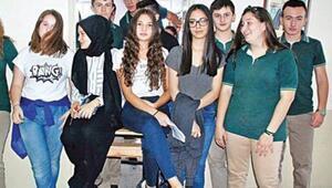 Okulları İmam Hatip Lisesine dönüştürülen öğrencilerin eylemi sürdü