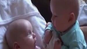 Dertleşen ikiz bebekler