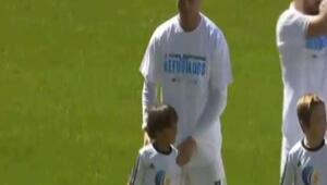 Ronaldo sahaya Suriyeli mülteci çocukla çıktı