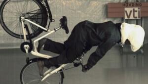 Bisiklet sürücüleri için hava yastığına dönüşen boyunluk