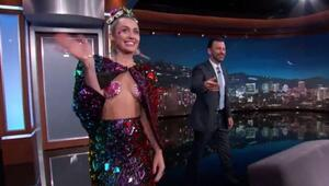 Miley Cyrus, televizyon programına neredeyse çıplak çıktı