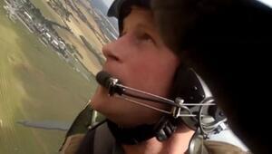 Savaş uçağı uçuran Prens Harry mutluluk anları