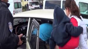 Uyuyan çocuğu arabada bırakan anneye polisten tepki