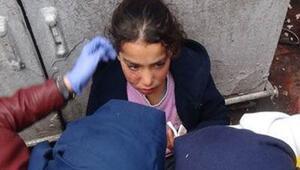 Suriyeli kız çocuğunu darp edip yerde sürüklediler
