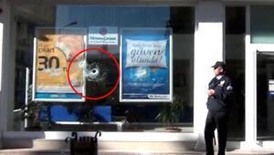 Baltayla banka şubesinin camını kırdı