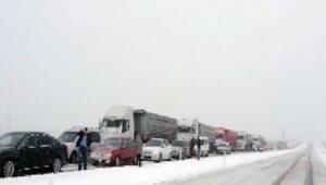 Yoğun kar yağışı yollarda araç kuyruğu oluşturdu