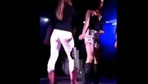 Sahnede dans ederken pantolonu yırtıldı