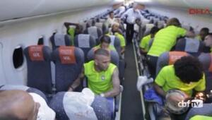 Brezilyalı futbolcular uçakta müzik yaptılar