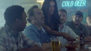 Adriana Lima bardakileri futbolla tanıştırıyor