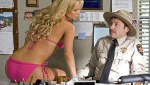 Bikinili Jessica Simpson gören masum şerif