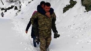 Uzman Çavuş, kalp hastasını karda sırtında taşıdı