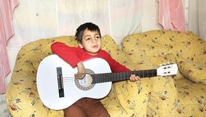 Beyaz gitarıyla barış mesajı veriyor