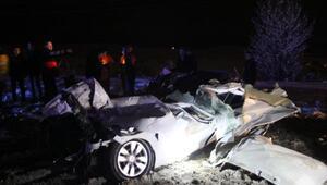 Otomobil, TIRa arkadan çarptı: 2 ölü