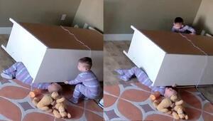 İki yaşındaki ikiz kardeşini ölümden böyle kurtardı