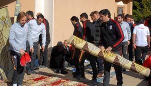 Futbolcular cuma namazını Dinler Bahçesinde kıldı