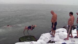 Buz gibi havada denize girdiler