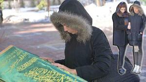 İkiz çocuğundan birini kaybeden anne oğlunun tabutuna son kez dokundu