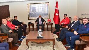 Milli güreşçiler Samsun Valisi Şahini ziyaret etti