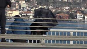 Elinde şemsiye ile köprüden atlamaya kalktı
