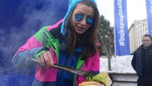 Oyuncu Müjde Uzman, Uludağda karlar üzerinde sucuk pişirdi
