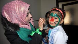 Suriyeli gençler, sokak çocuklarına sahip çıktı