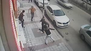 Sokaktaki bıçaklı kavga güvenlik kamerasında