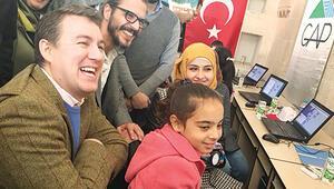 Suriyeli çocuklara yarını öğretiyor