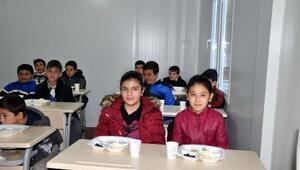 Depremzede öğrencilere Kızılaydan kahvaltı