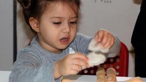 Çocuklar, bez bebek yapmayı öğreniyor