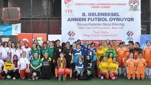 Kadınlar şiddete dikkat çekmek için futbol oynadı