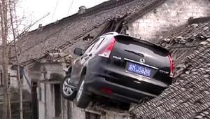 Çinli sürücü otomobiliyle çatıya kondu