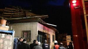 Rüzgar gecekondunun çatısını uçurdu