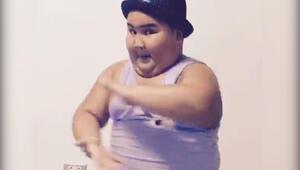 Kendinden geçerek dans eden tombiş çocuk