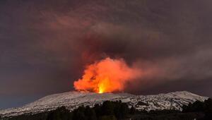 Etna Yanardağında patlama: 10 turist yaralandı