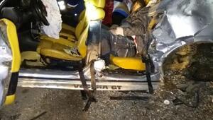 Otomobil aydınlatma direğine çarptı: 2 ölü, 2 yaralı