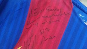 Arda Turan, tarihi PSG maçındaki formasını imzalayıp maganda kurbanı gence gönderdi