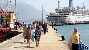 İngiliz turistler gemiyle geldi