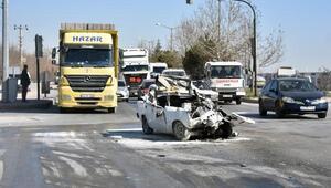TIR, otomobili biçti: 1 ağır yaralı