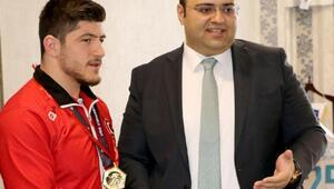 Başkan Orhan, şampiyonu altınla ödüllendirdi