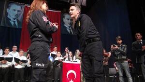 Polis günü kutlamasında sahnede evlenme teklifi