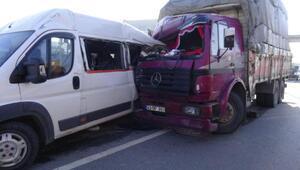 Kamyon, servis minibüsüne çarptı: 5 yaralı