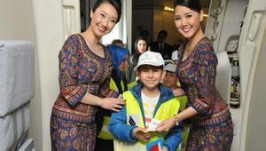 """Singapur Havayollarının """"Singapur Kızı"""" tasarımlı hostes kıyafeti 45 yıldır değişmedi"""