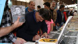 Yılmaz Vural, ilk kitabını imzaladı